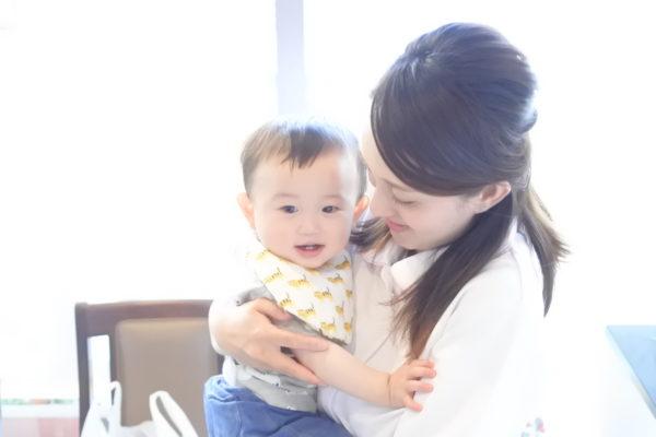 赤ちゃんを抱っこするママの風景