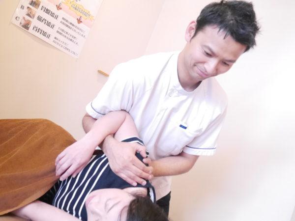 肩の矯正施術風景